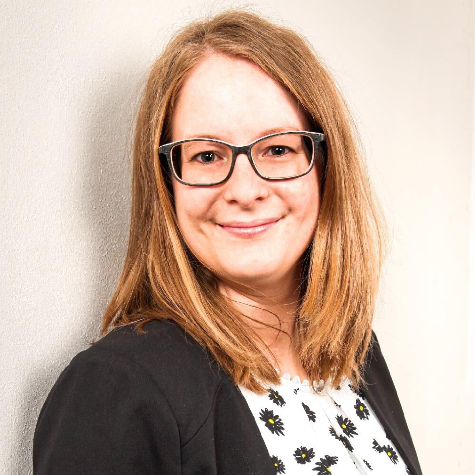 Veronika Schmölz: Frau mit halblangen Haaren und Brille