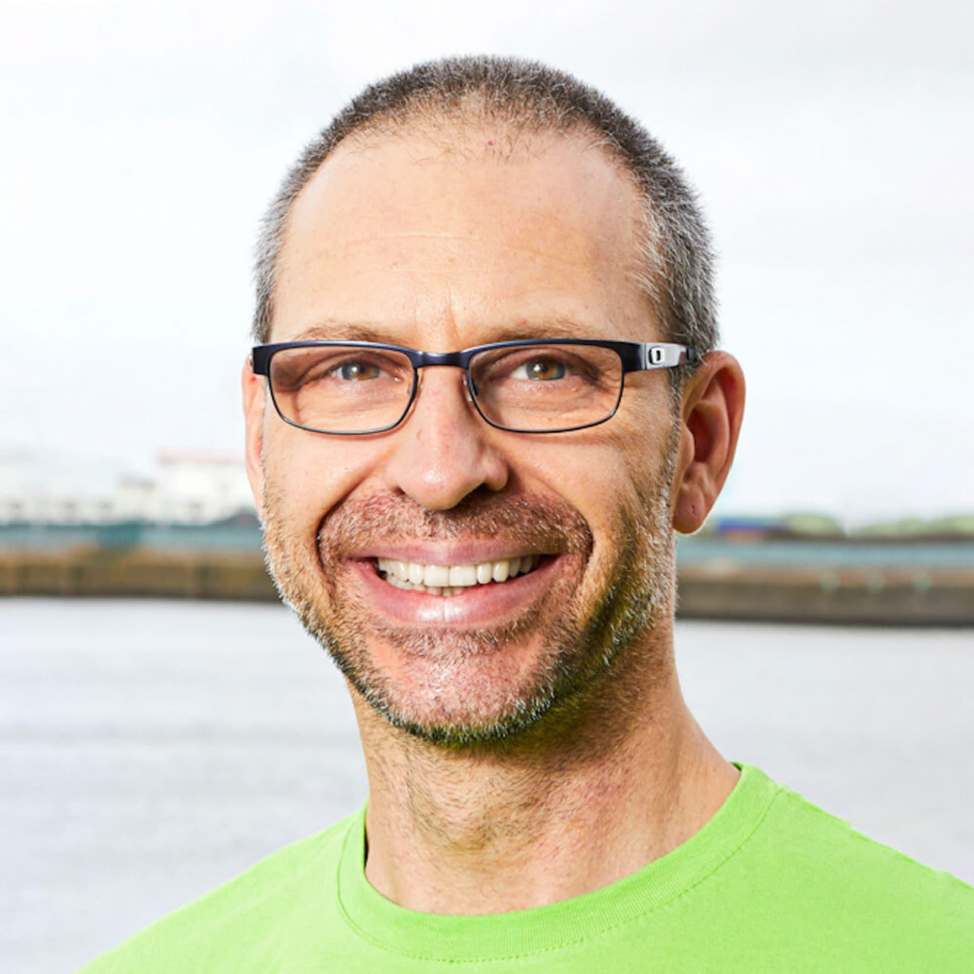 Dr. Mudar Mannah: Mann mit grünem T-Shirt und Brille