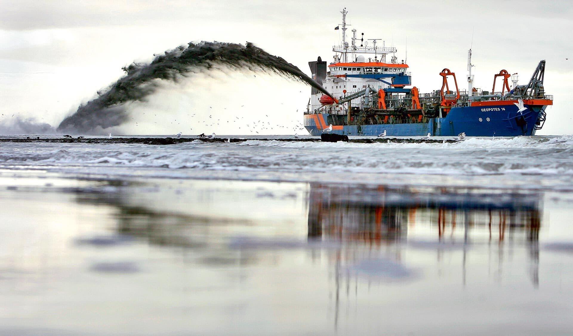 Riesiger Saugbagger holt den Sand vom Meeresboden