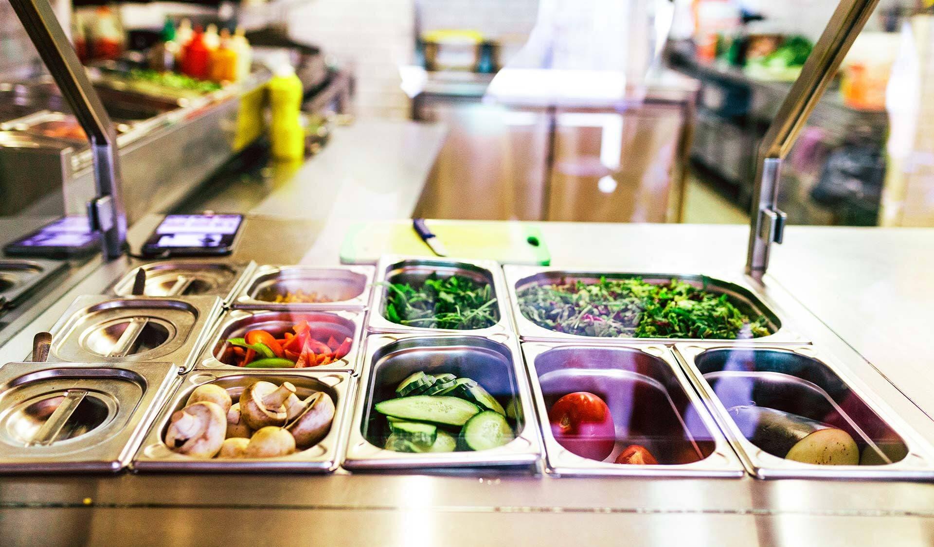Mensa-Buffet mit Salat und Gemüse
