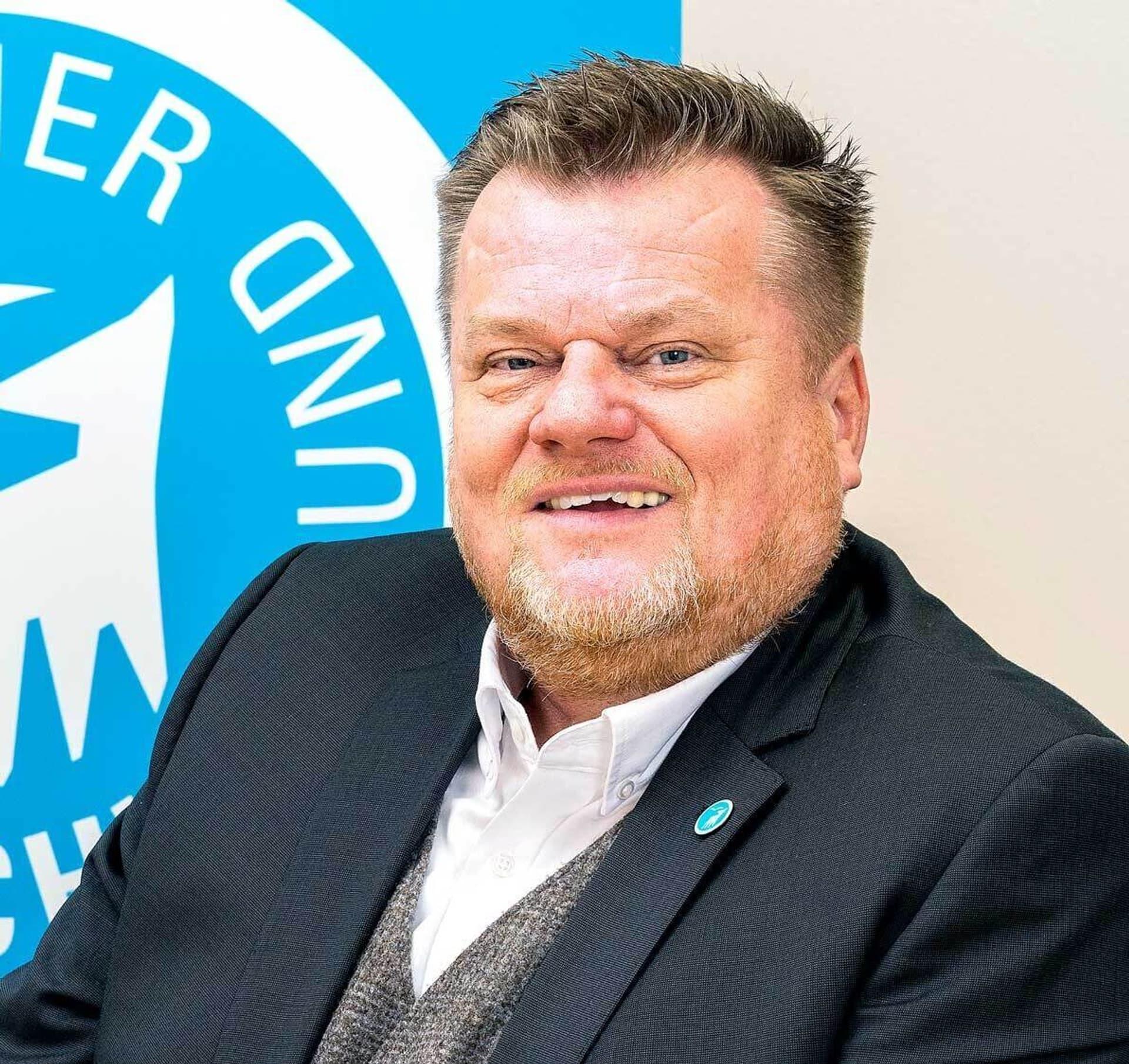 Thomas Schröder im Anzug und mit Dreitagebart
