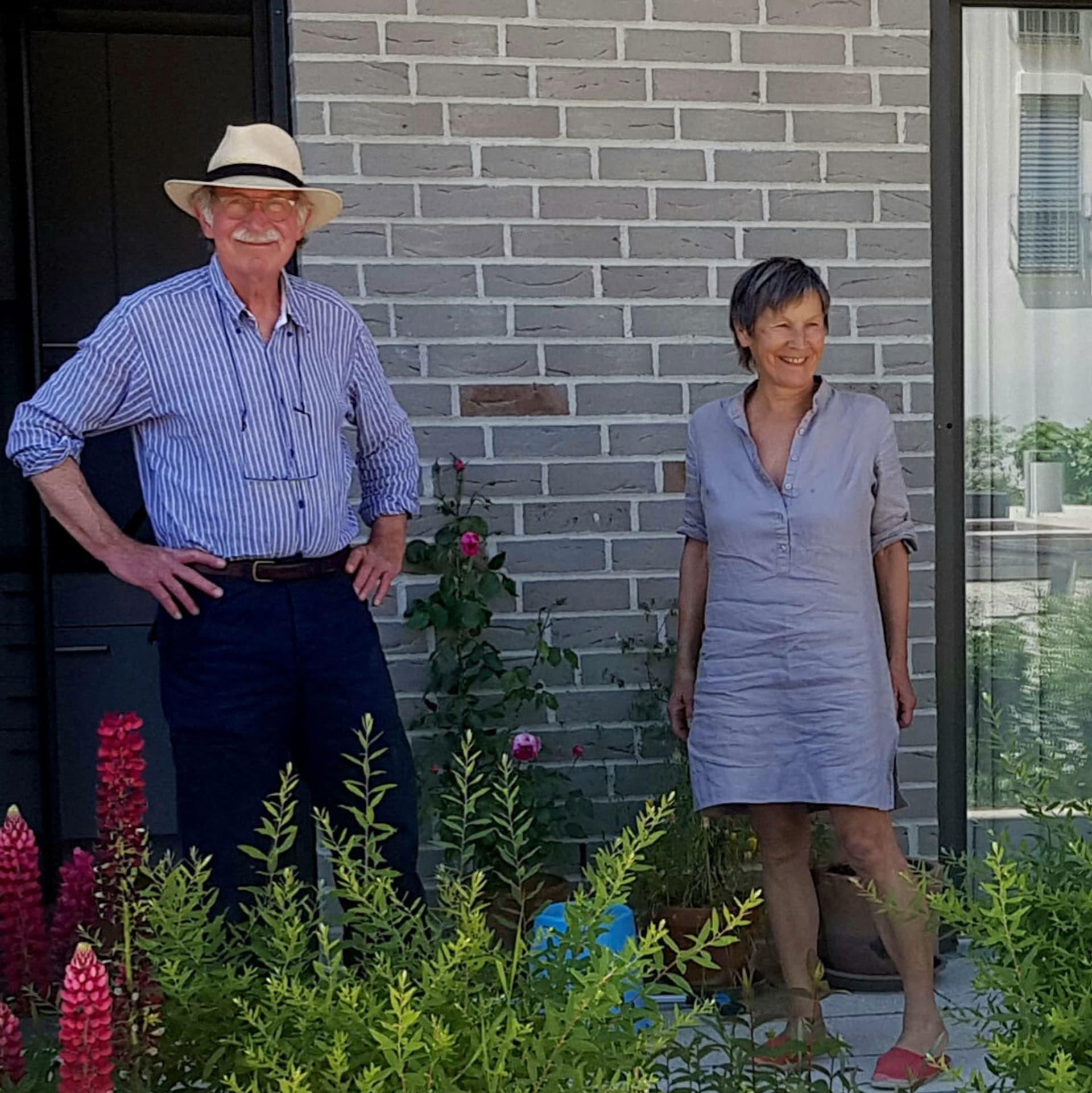 Geli (im blauen Kleid) und Alfred Bergmiller (mit Hut) stehen vor ihrer Wohnung