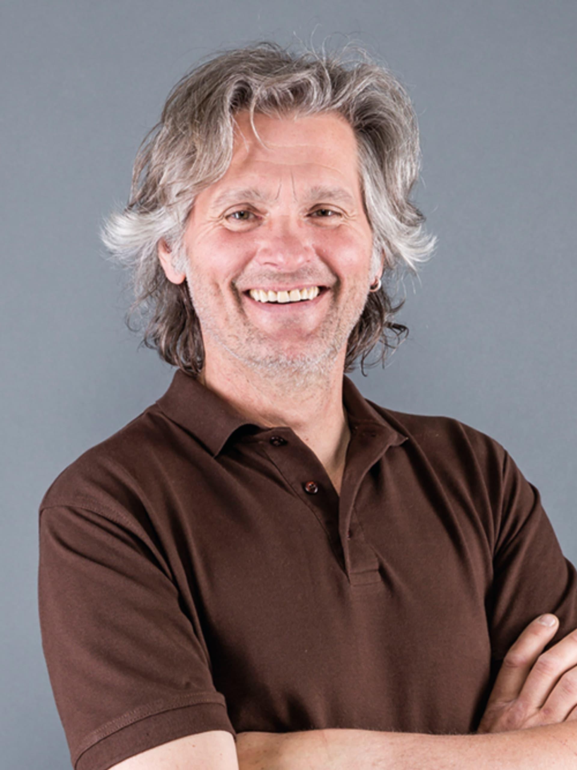 Mann mit grauen Haaren und Bart