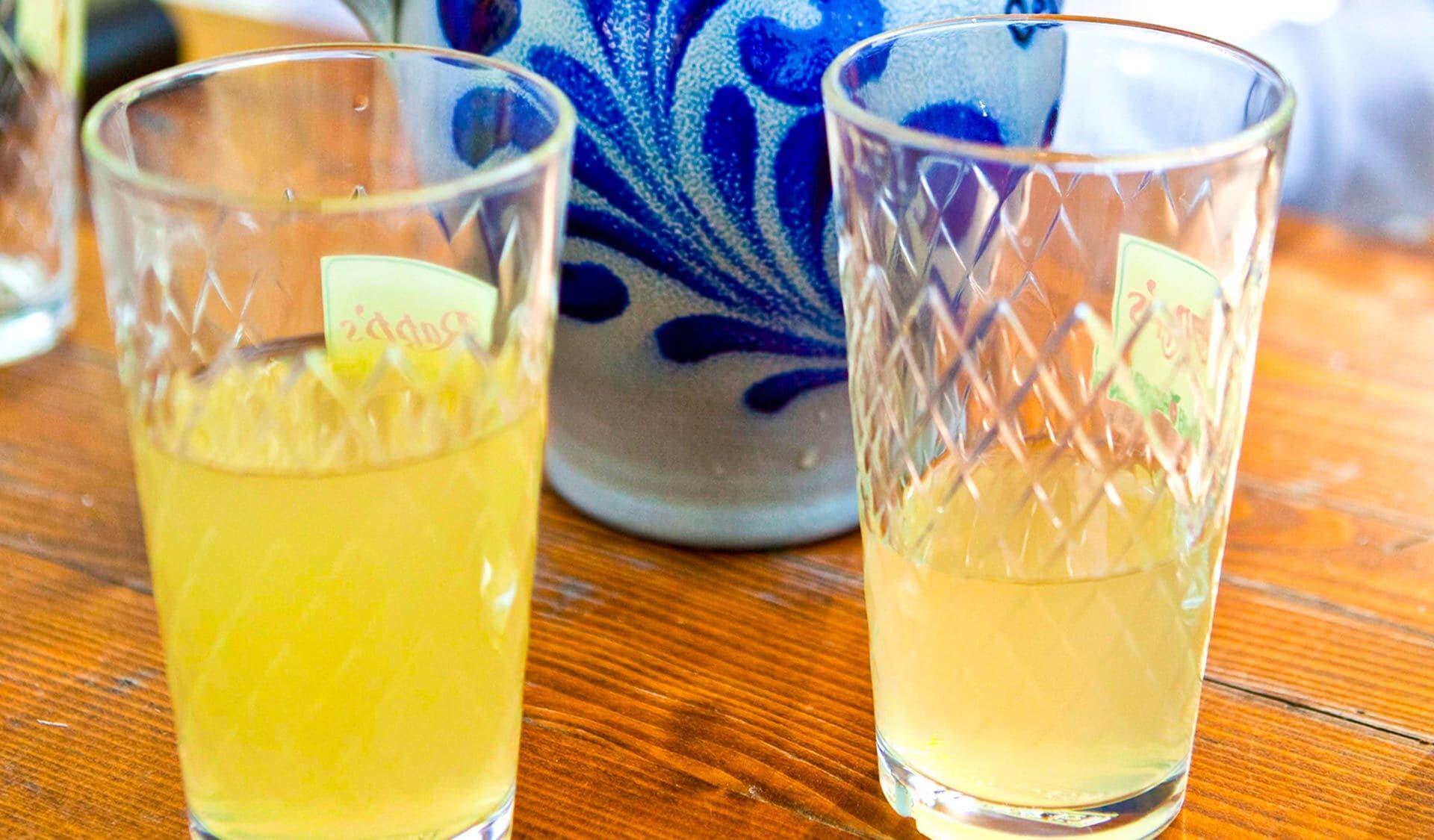 Apfelwein in zwei Gläsern mit Bembel