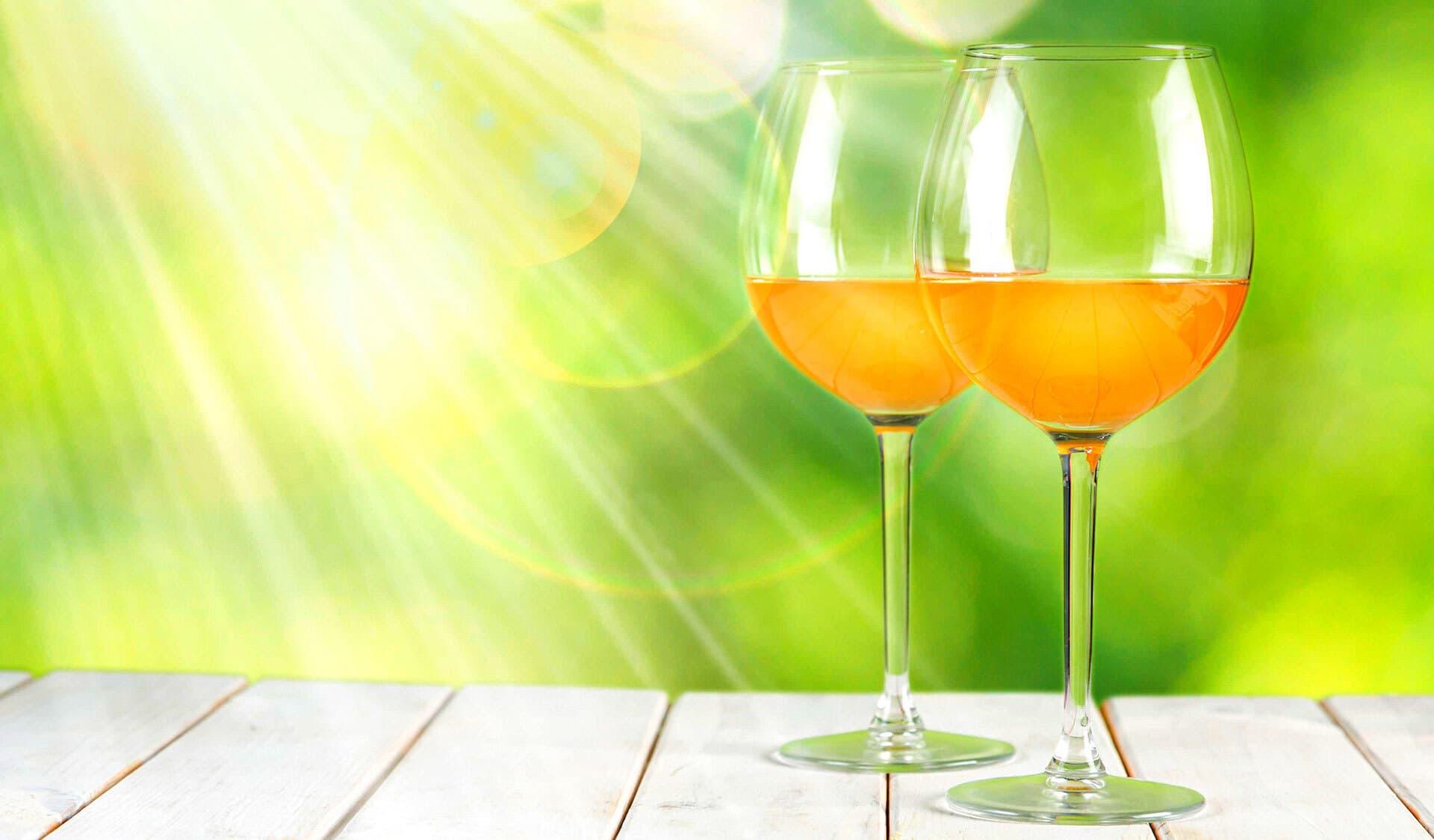 Zwei Gläser mit Naturwein