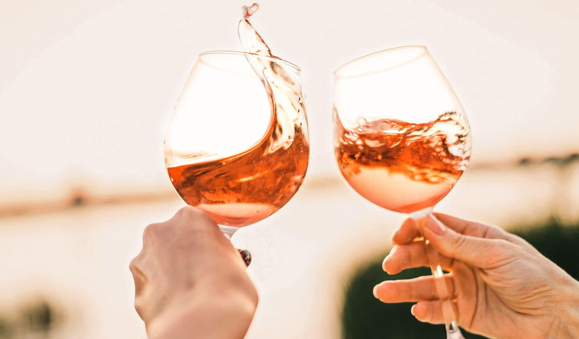 Rosé-Wein in zwei Gläsern