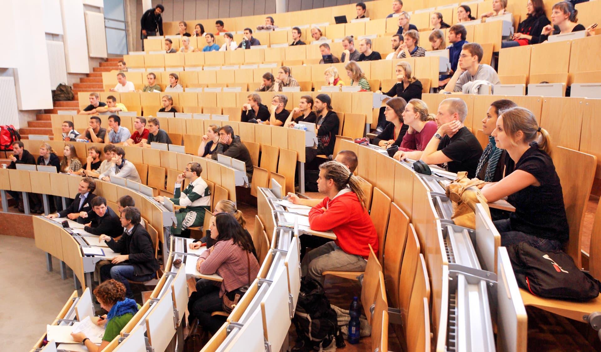 Vorlesungssall mit Studenten