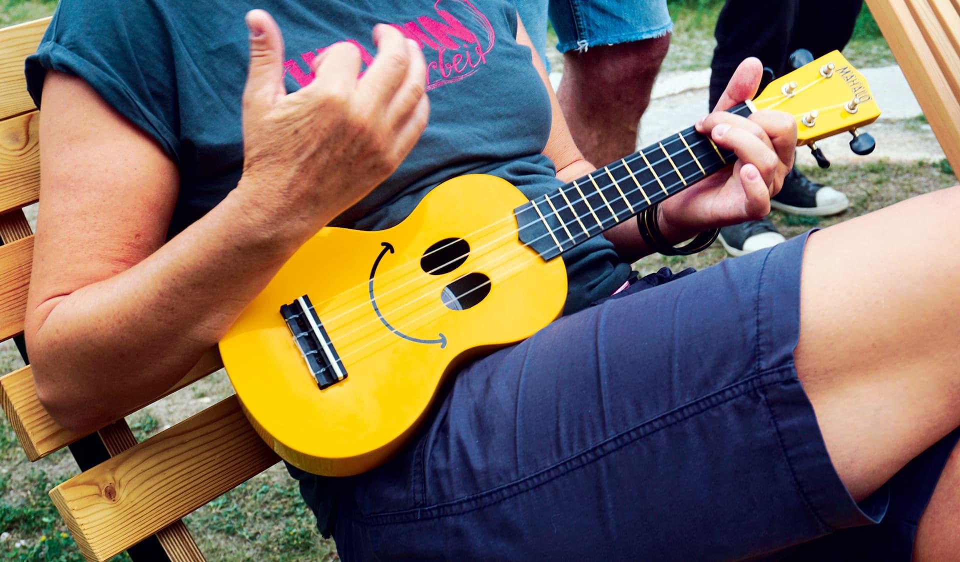 Mann spielt Ukulele