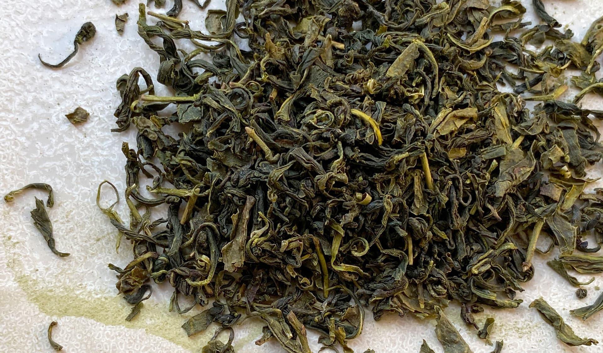 Losergrüner Tee auf weißem Hintergund