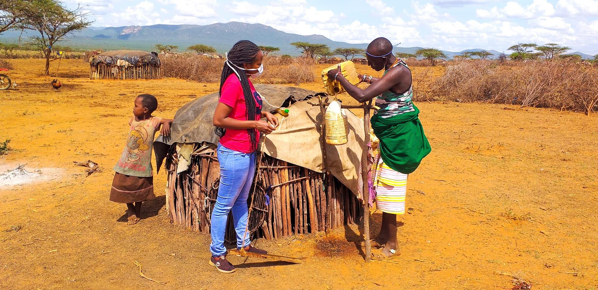 In Kenia wird mit einem Kanister eine Händewaschmöglichkeit improvisiert