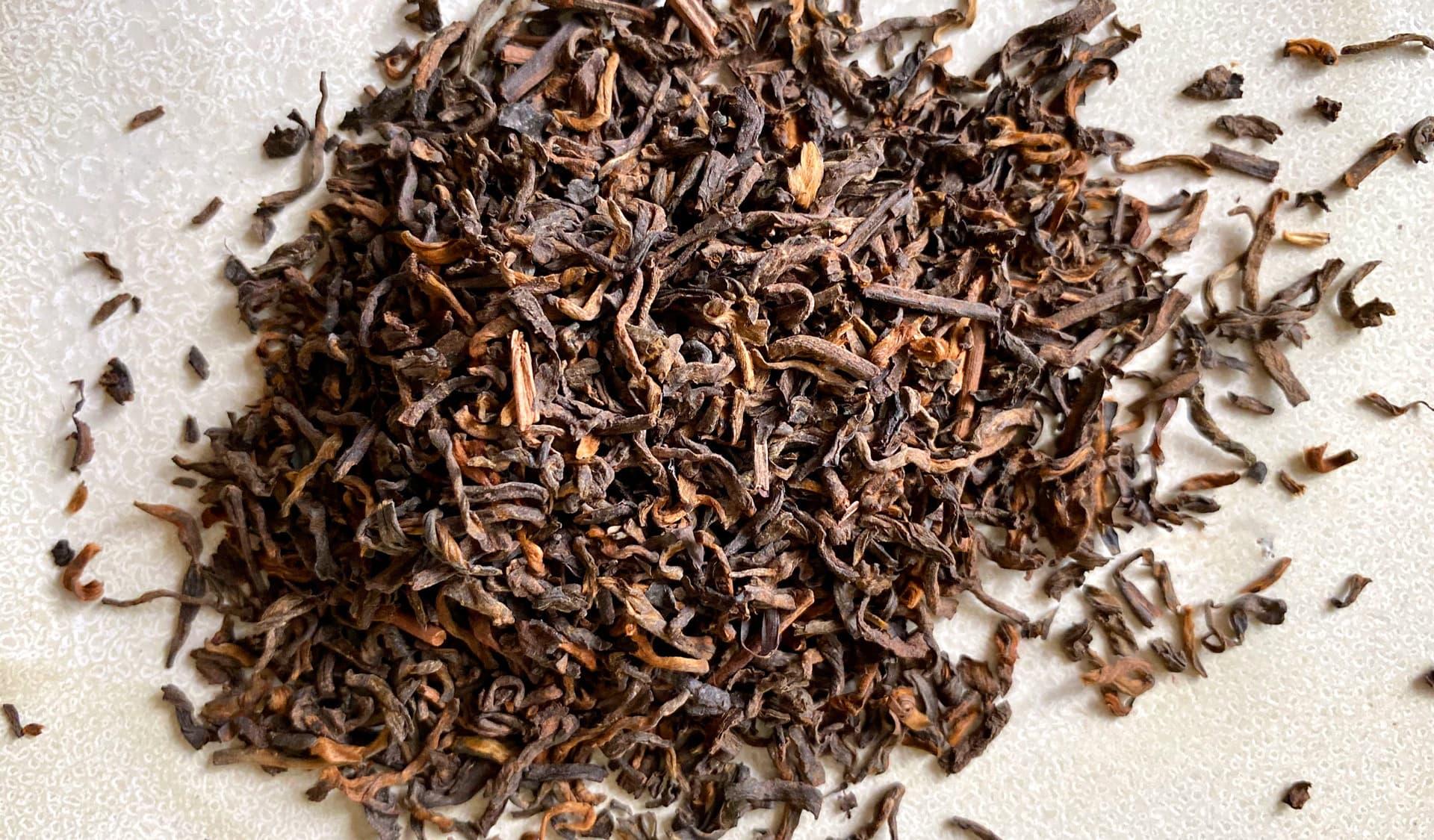 Pu-Erh-Tee vor weißem Hintergund