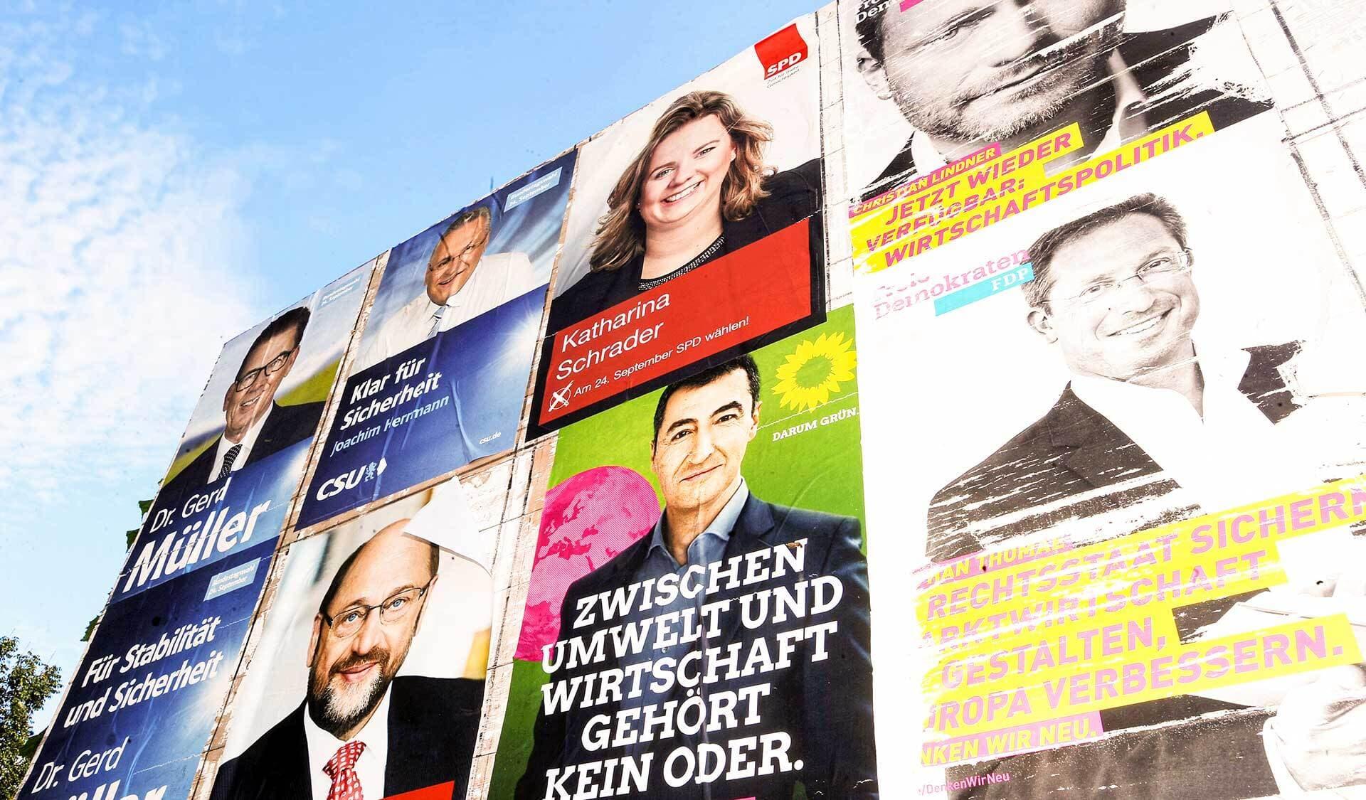 Eine Wand mit Wahlplakaten