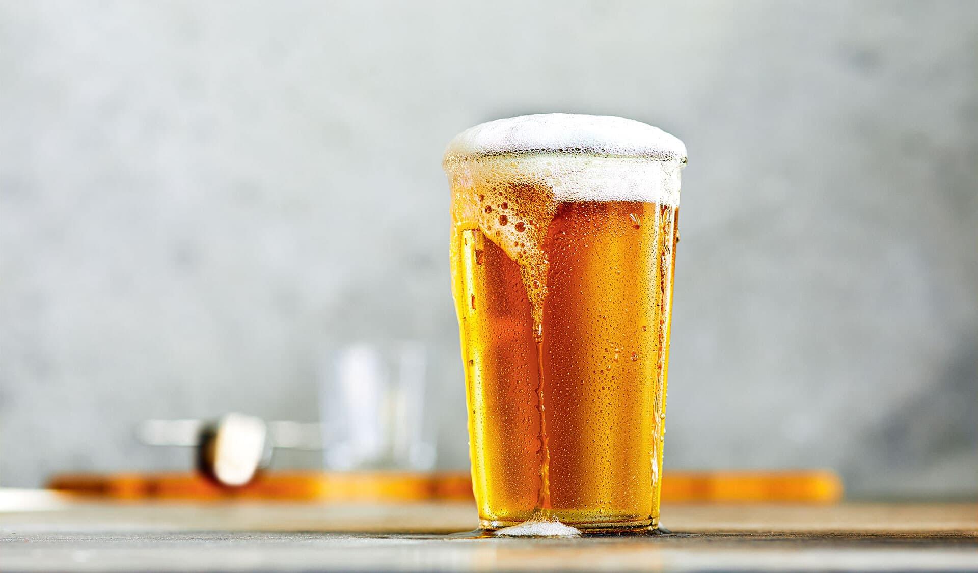 Ein Glas Bier auf einem Tisch