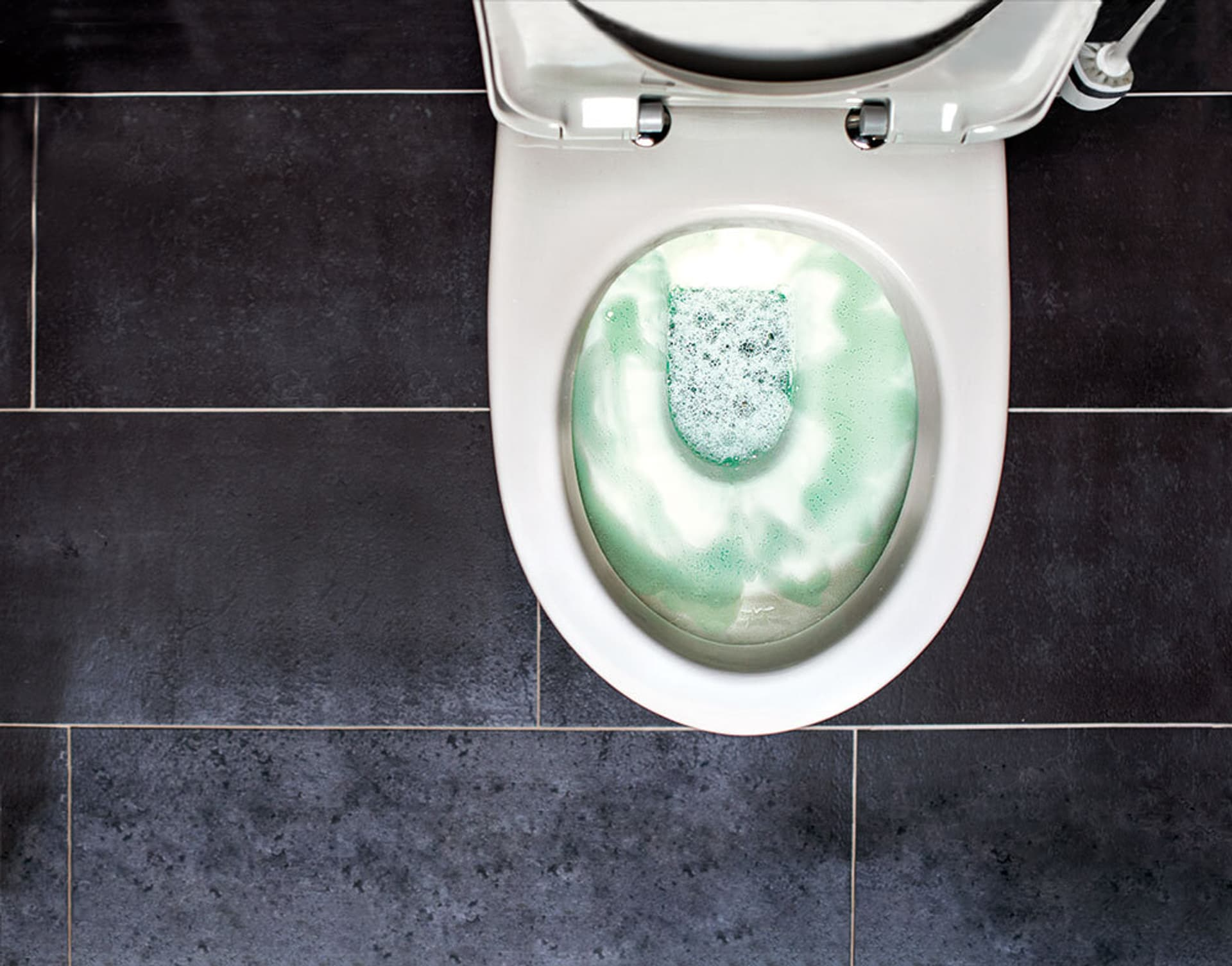 Eine Klo-Schüssel mit WC-Reiniger behandelt von oben.