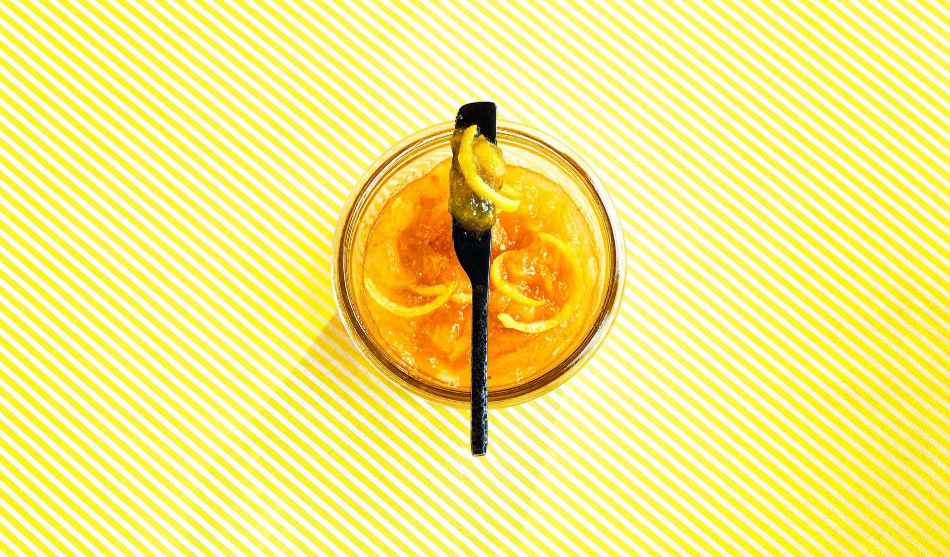 Glas mit Zitronenmarmelade von oben