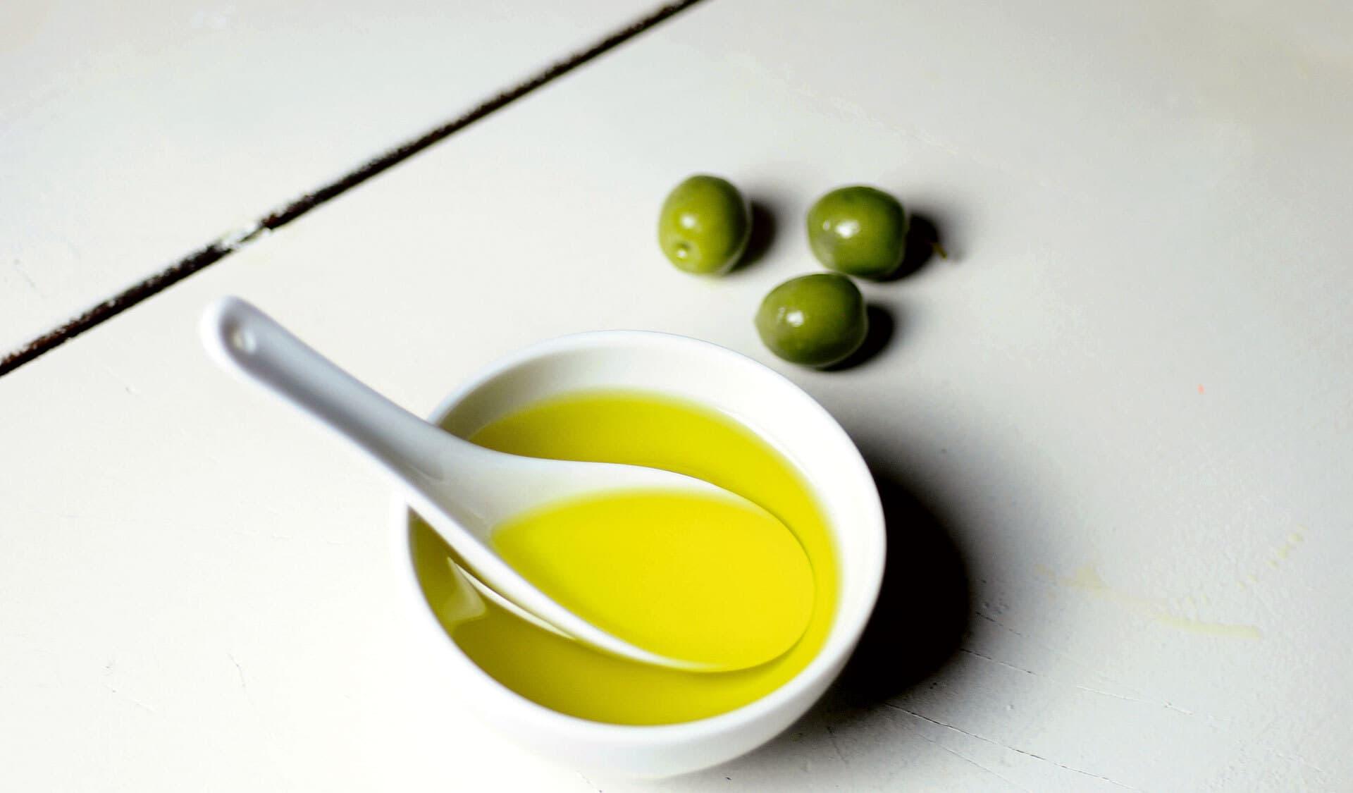 Olivenöl in einer Porzellanschale