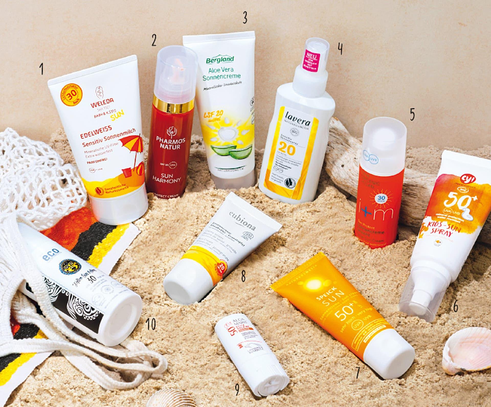 10 unterschiedliche Sonnenschutz-Produkte auf Sand