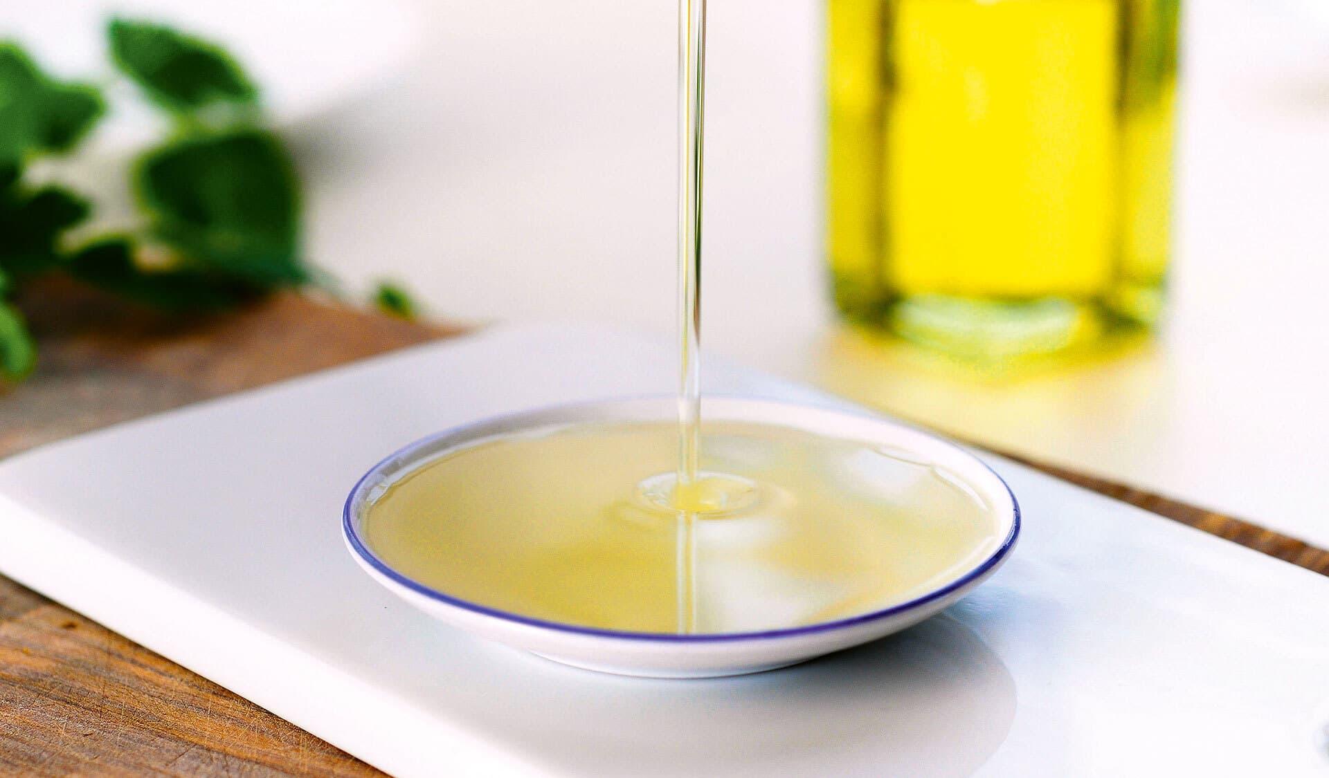 Speiseöl wird in eine Schale gegossen