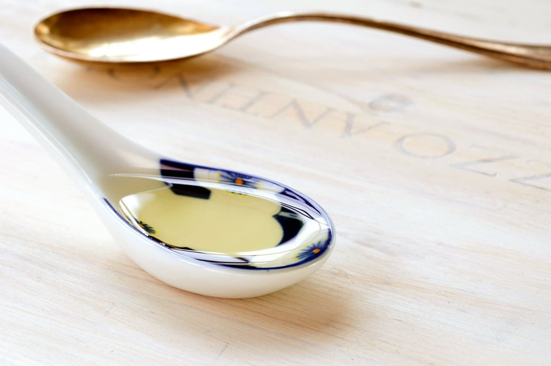 Distelöl in einem Löffel