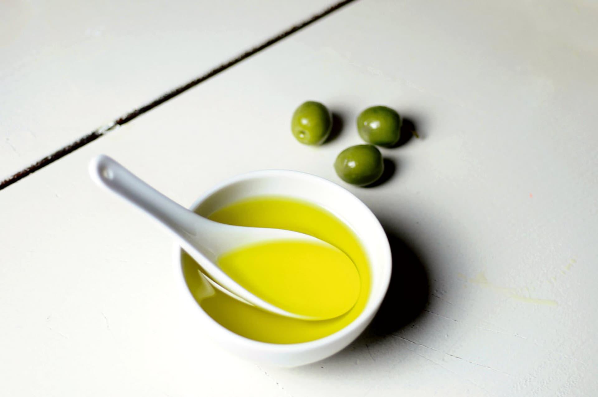 Olivenöl in einer kleinen Porzellan-Schale