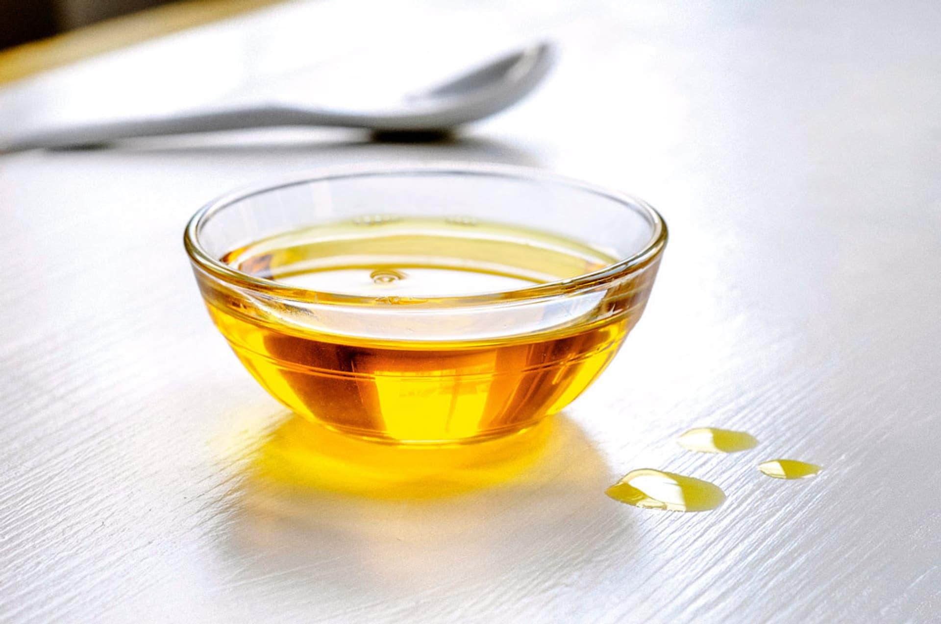 Rapsöl in einer kleinen Glasschale