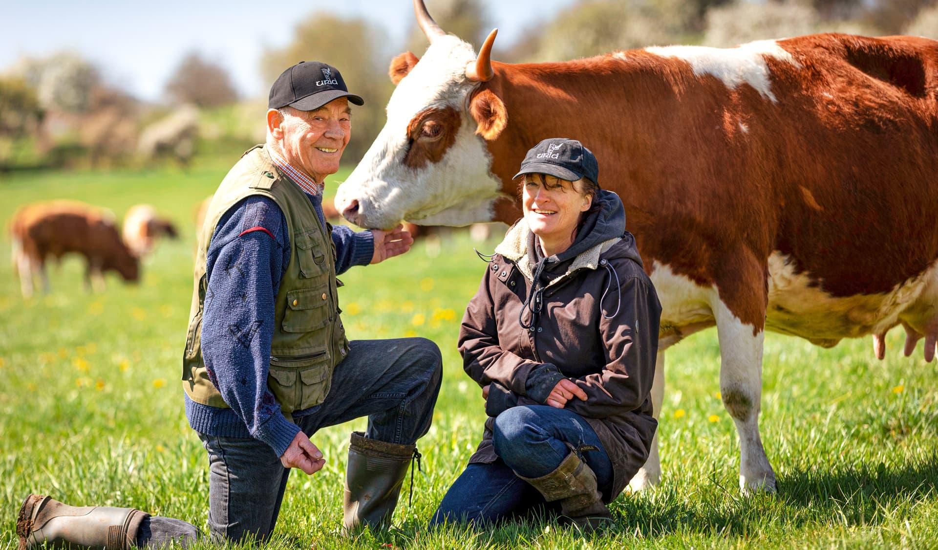 Landwirte Ernst Maier und Tochter Annette bei ihren Rindern auf der Weide