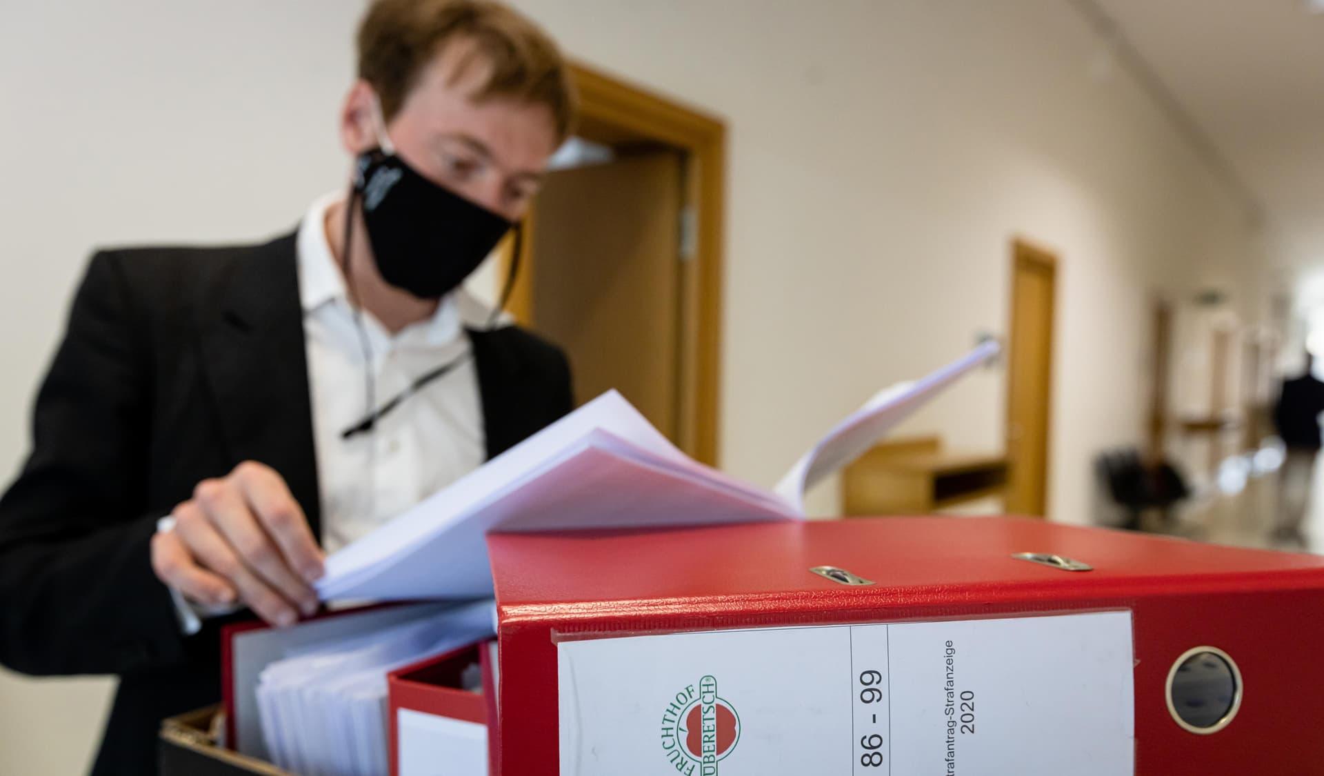 Umweltaktivist Karl Bär blättert in Akten