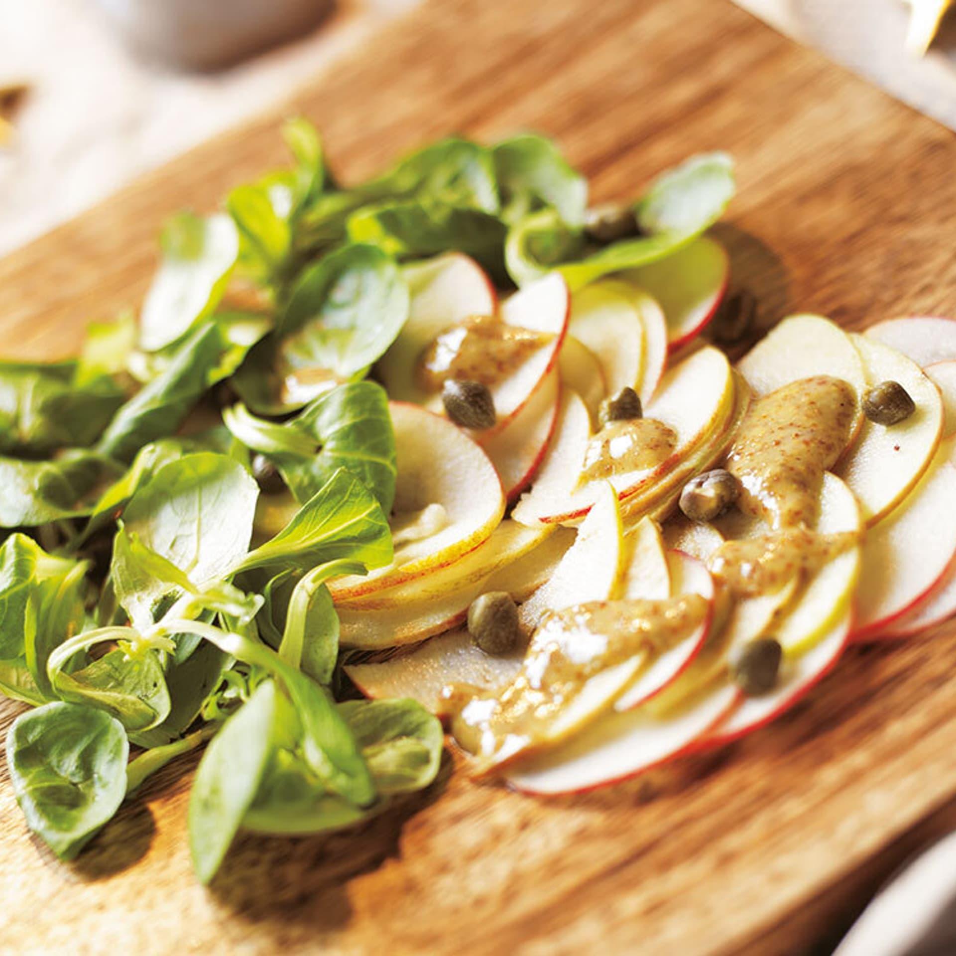 Apfel-Carpaccio mit Senf-Kapern-Dressing dazu Feldsalat