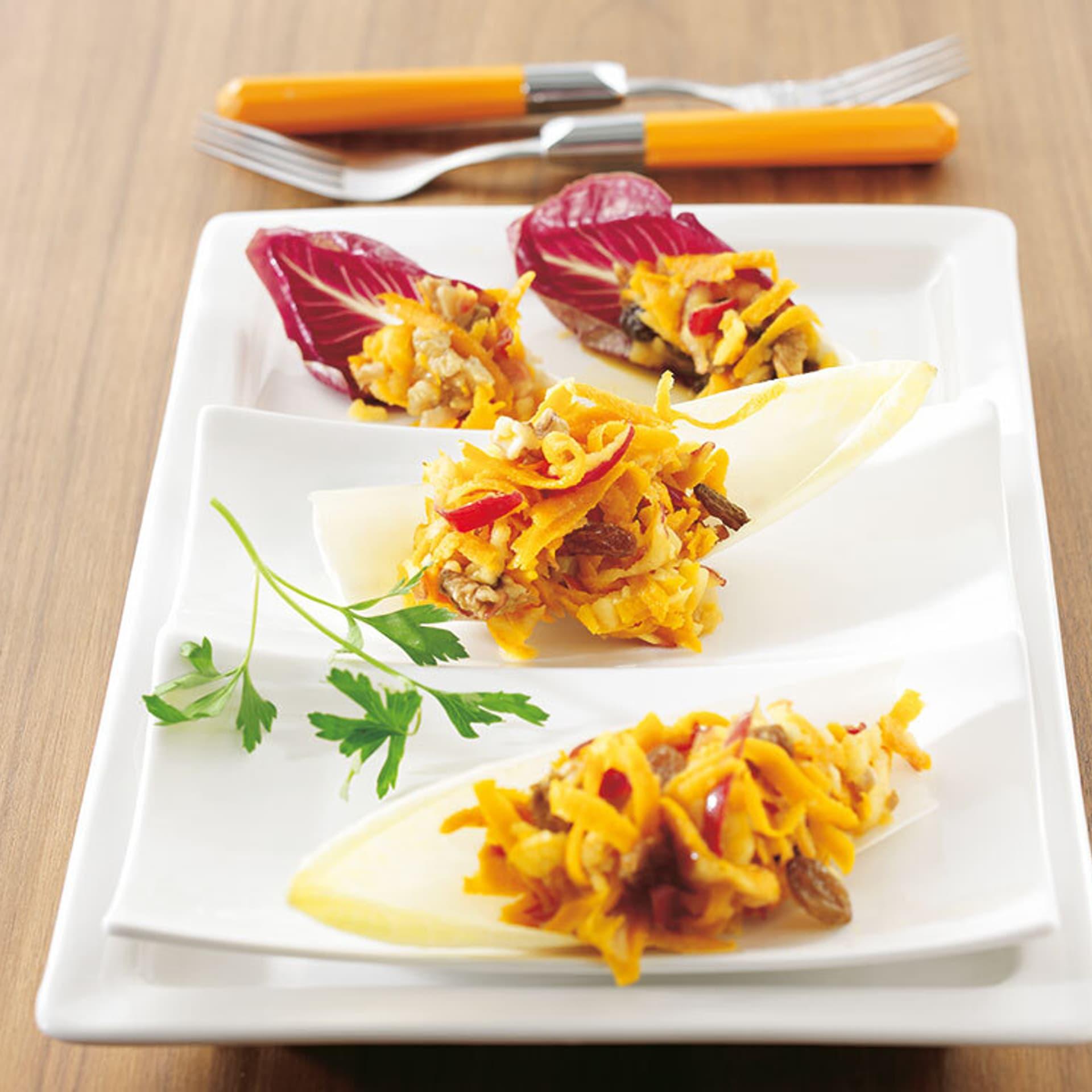 Apfel kuerbis salat im chicoree schiffchen