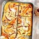 Apfelpfannkuchen auf einem Blech