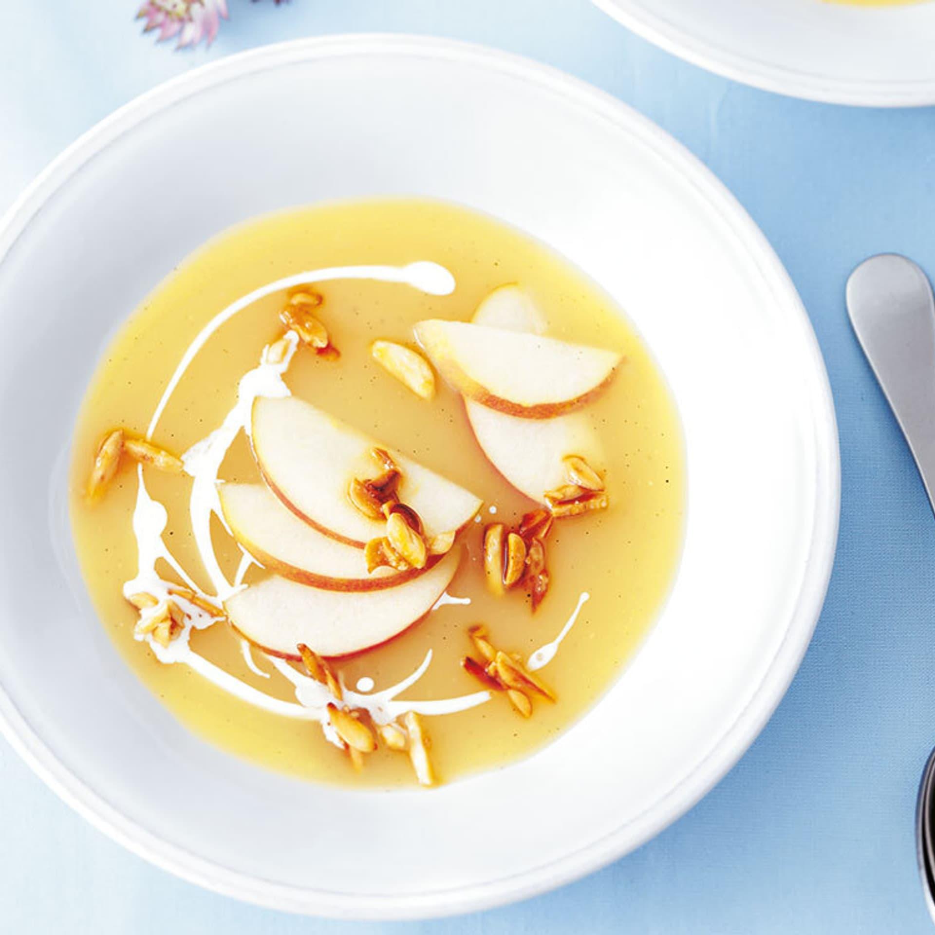 Apfelsuppe mit karamellisierten mandeln