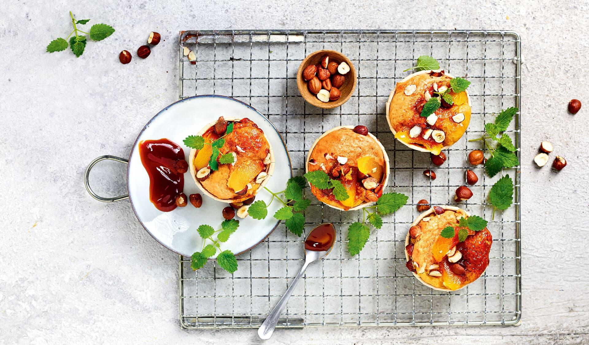 Muffins auf einem Kuchengitter mit Zitronenmelisseblättchen dekoriert