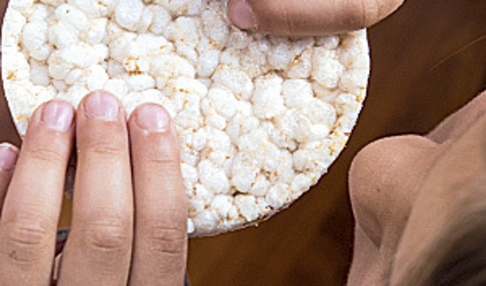 Eine Reiswaffel in Händen