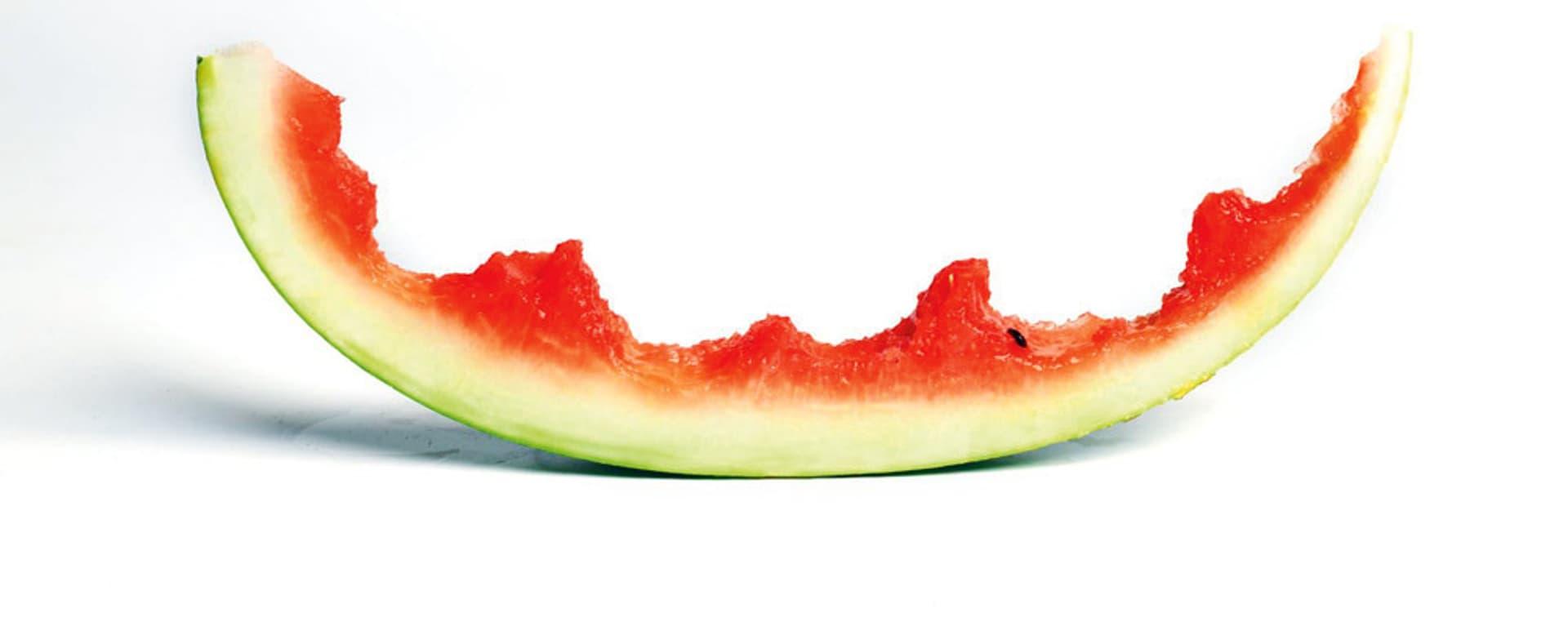 ein Stück angebissene Wassermelone