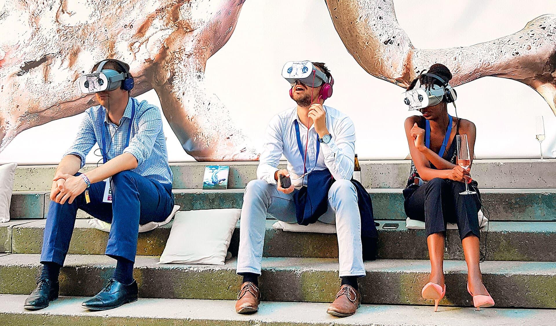 Drei Museumsbesucher mit VR-Brillen