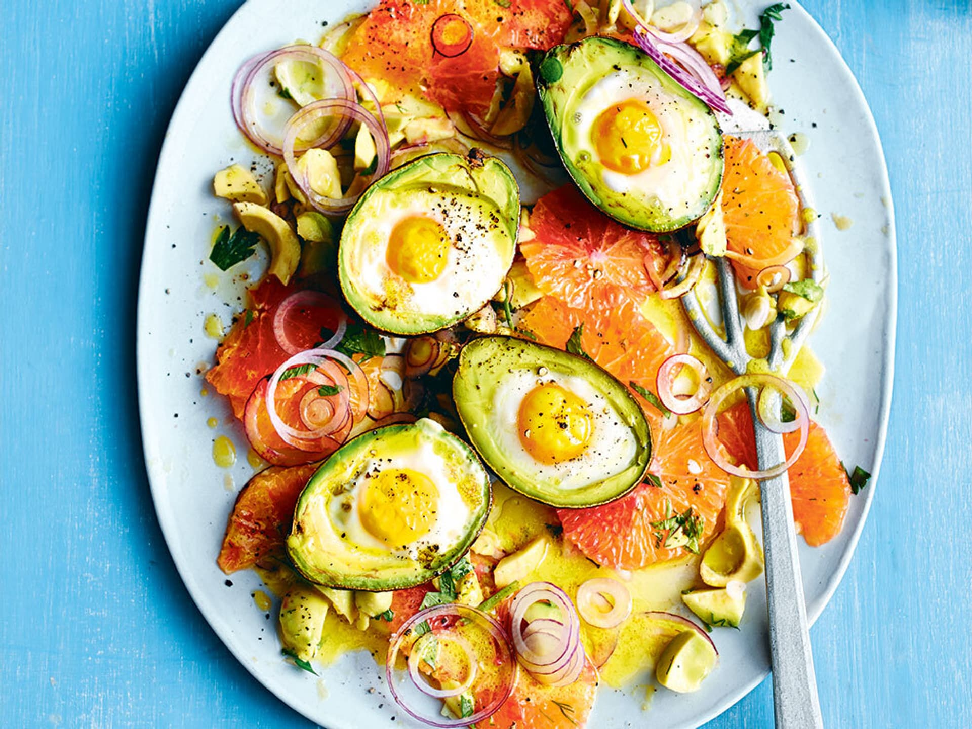 Avocado eier mit blutorangensalat