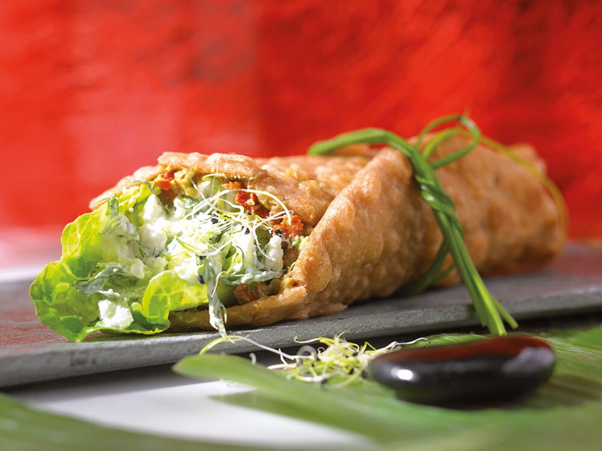 Mit Avocado und Salat gefüllter Wrap