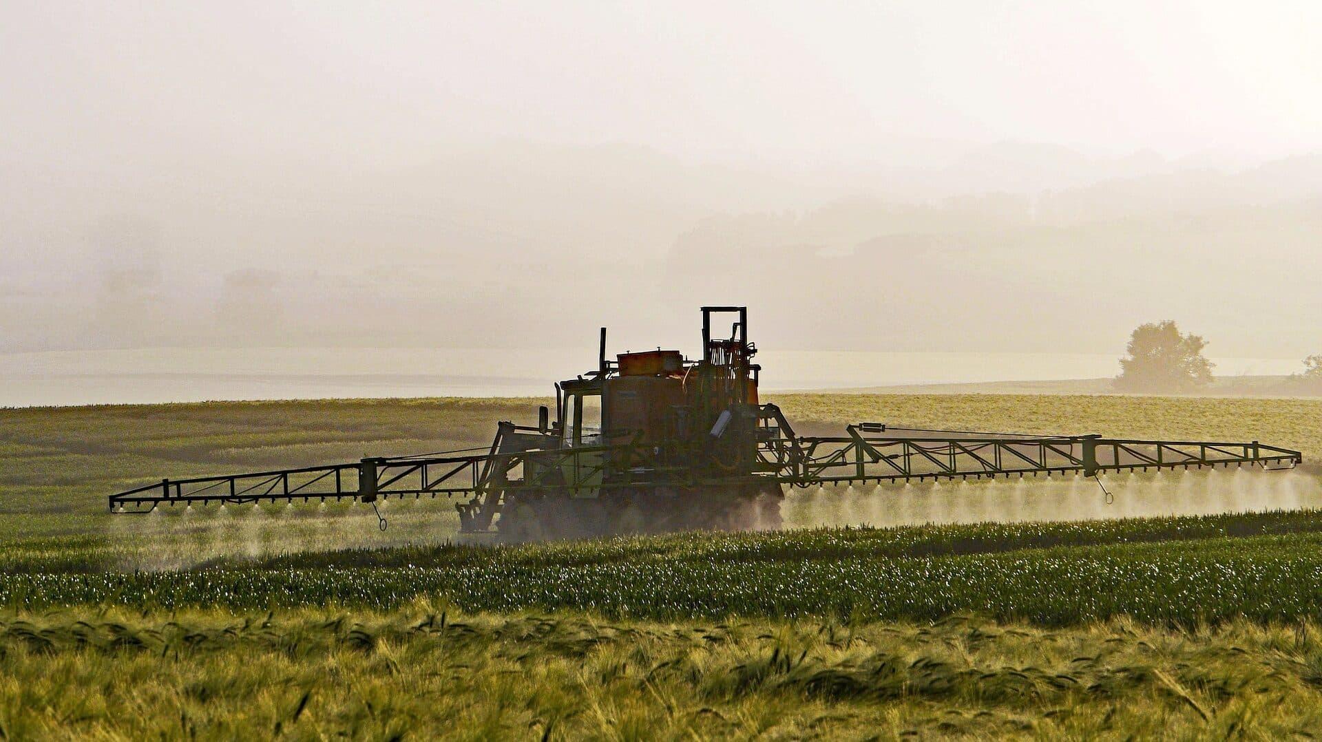 Landwirtschaftsmaschine beim Ausgeben von Pflanzenschutzmitteln