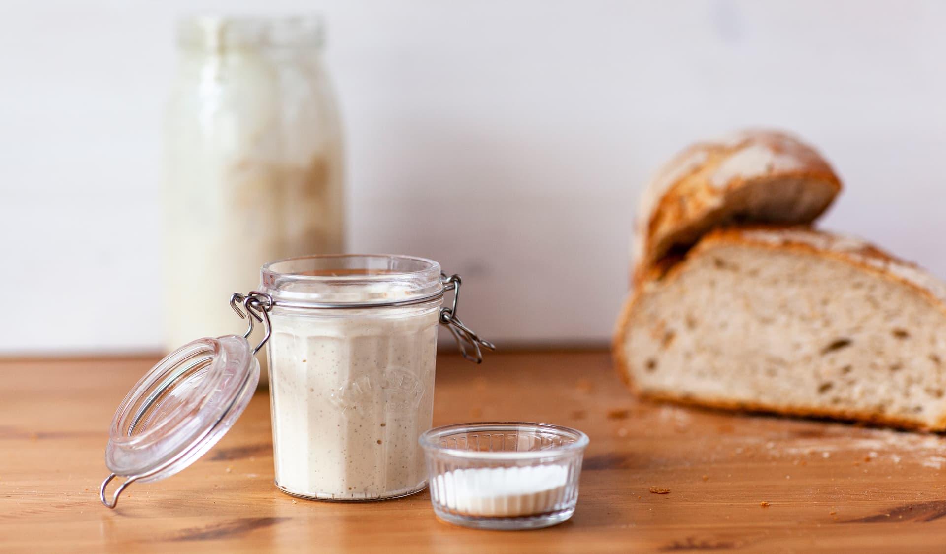 Backferment im Einmachglas, daneben liegt ein Brot