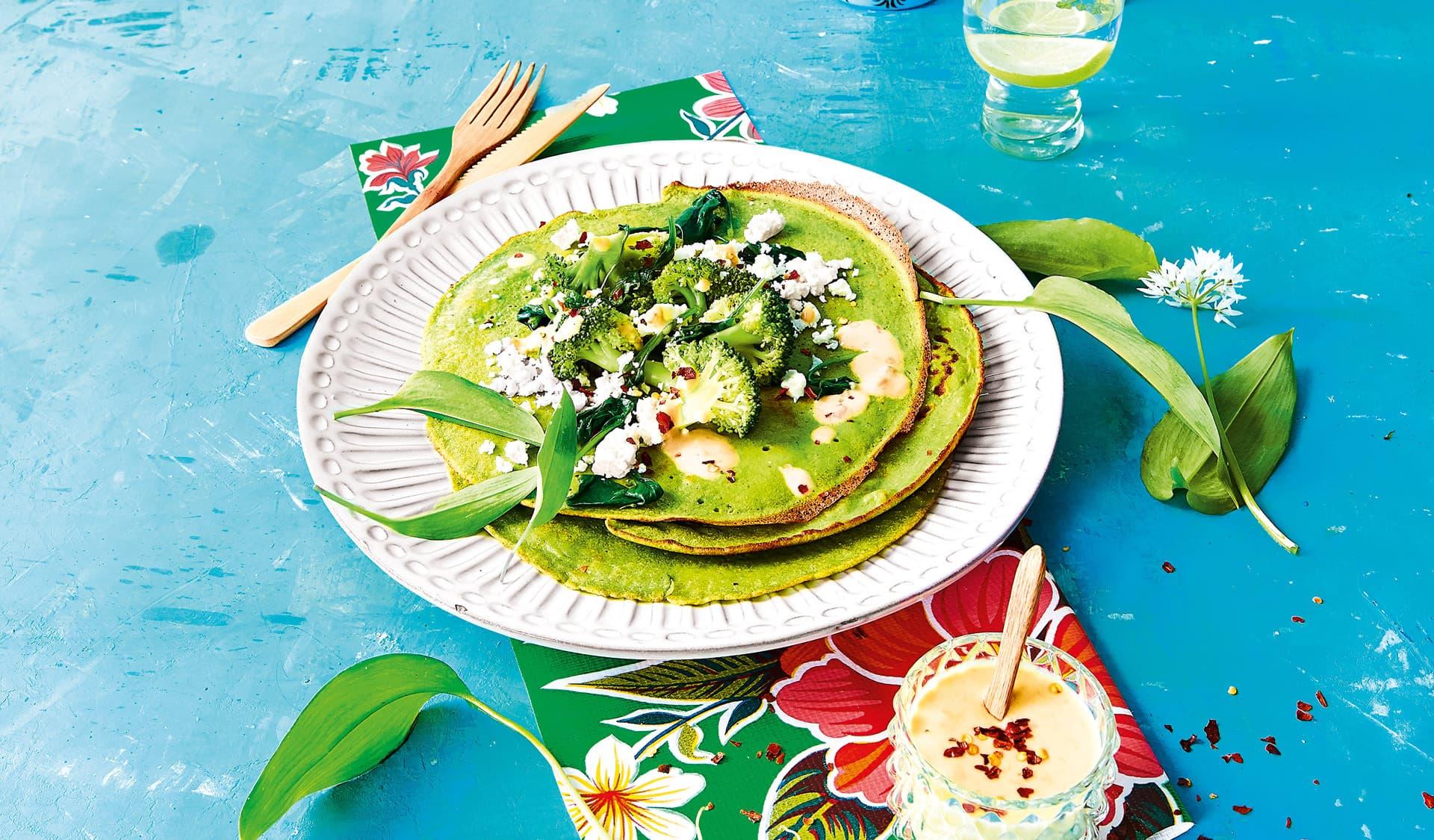 Grüne Crepes mit Brokkoli-Spinat-Feta und Chili Erdnusssauce