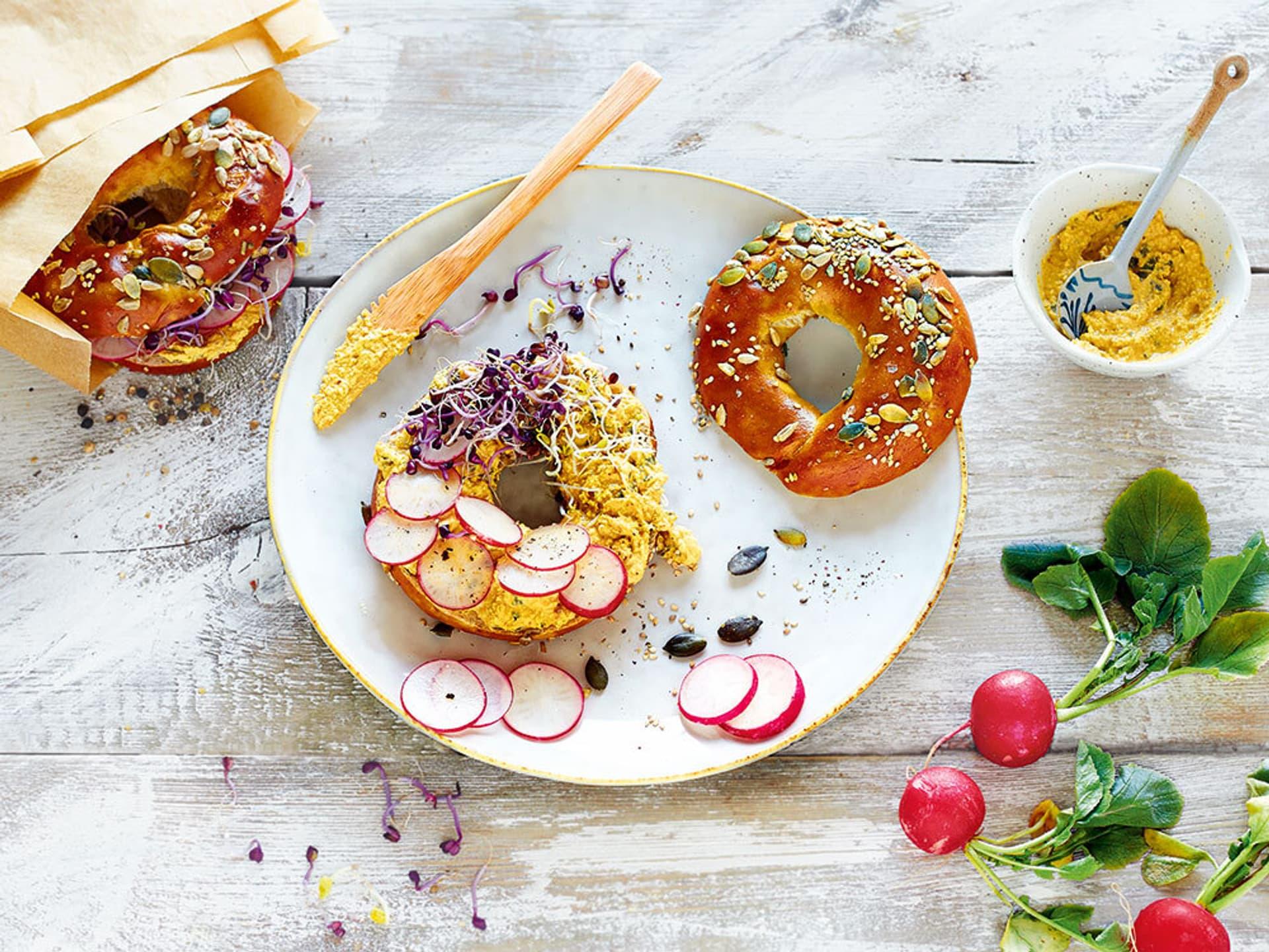 Bagel mit Curryaufstrich