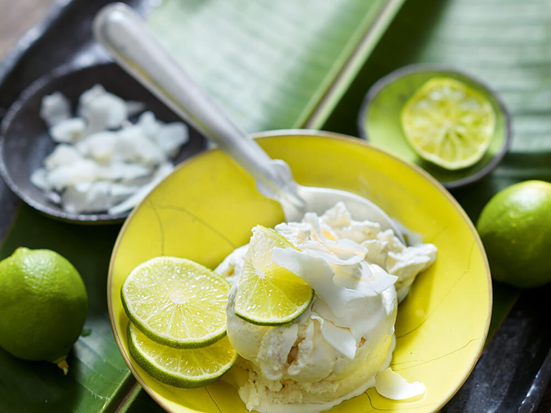 Bananen-Kokos-Eis mit Limetten