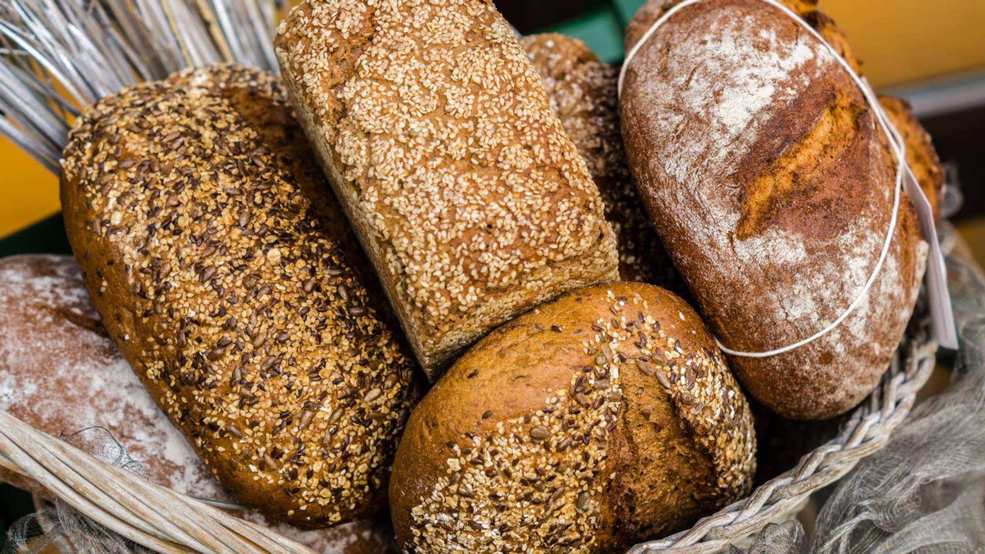Brotlaibe in einem Korb