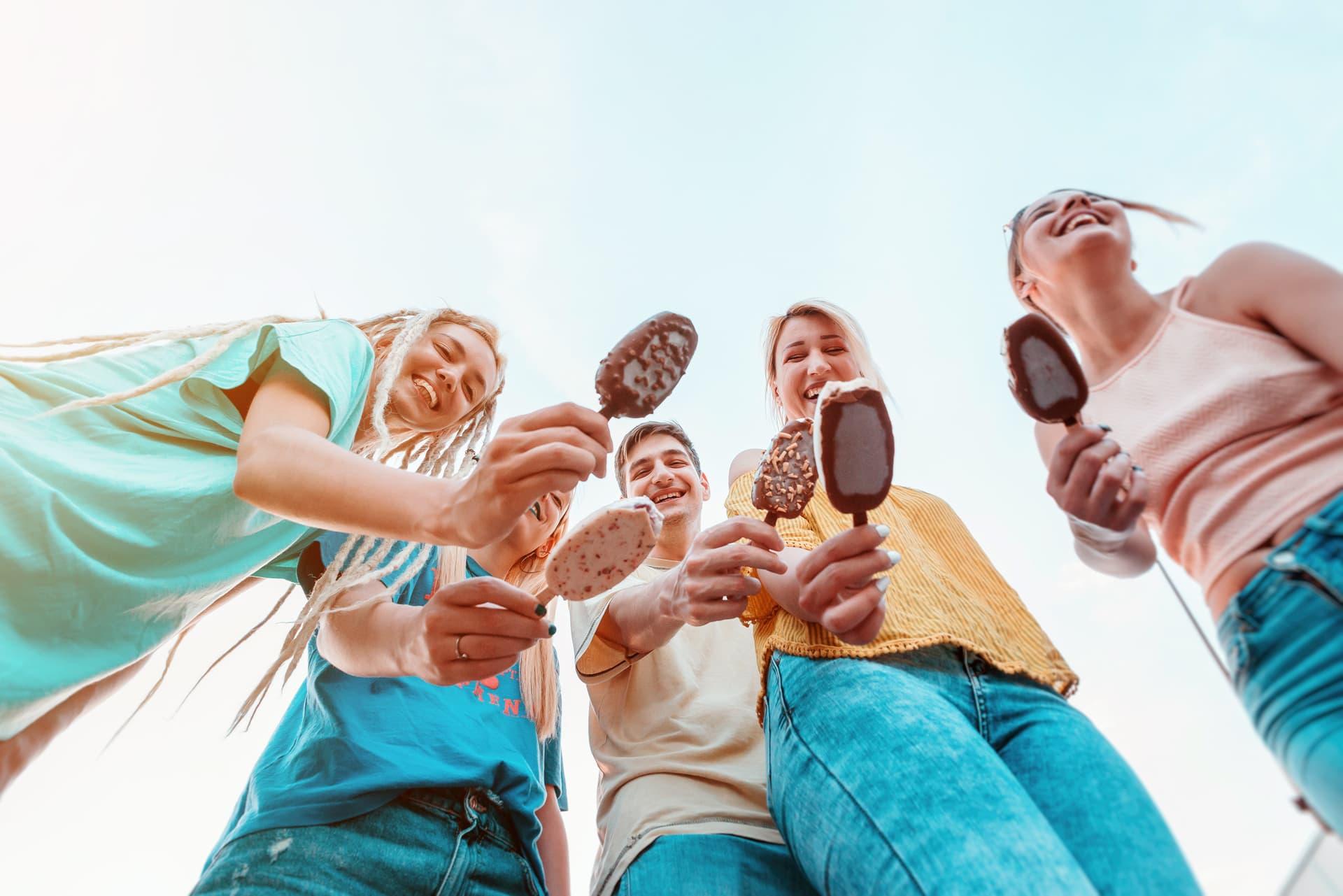 Junge Menschen essen Eis