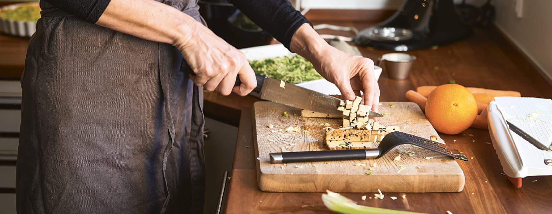 Tofu lässt sich leicht schneiden – und auch gut zerdrücken.