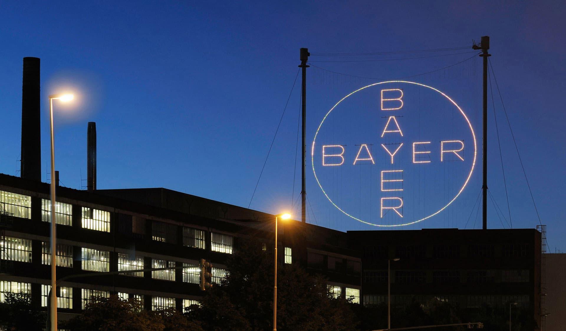 Erleuchtetes Bayer-Kreuz im Nachthimmel