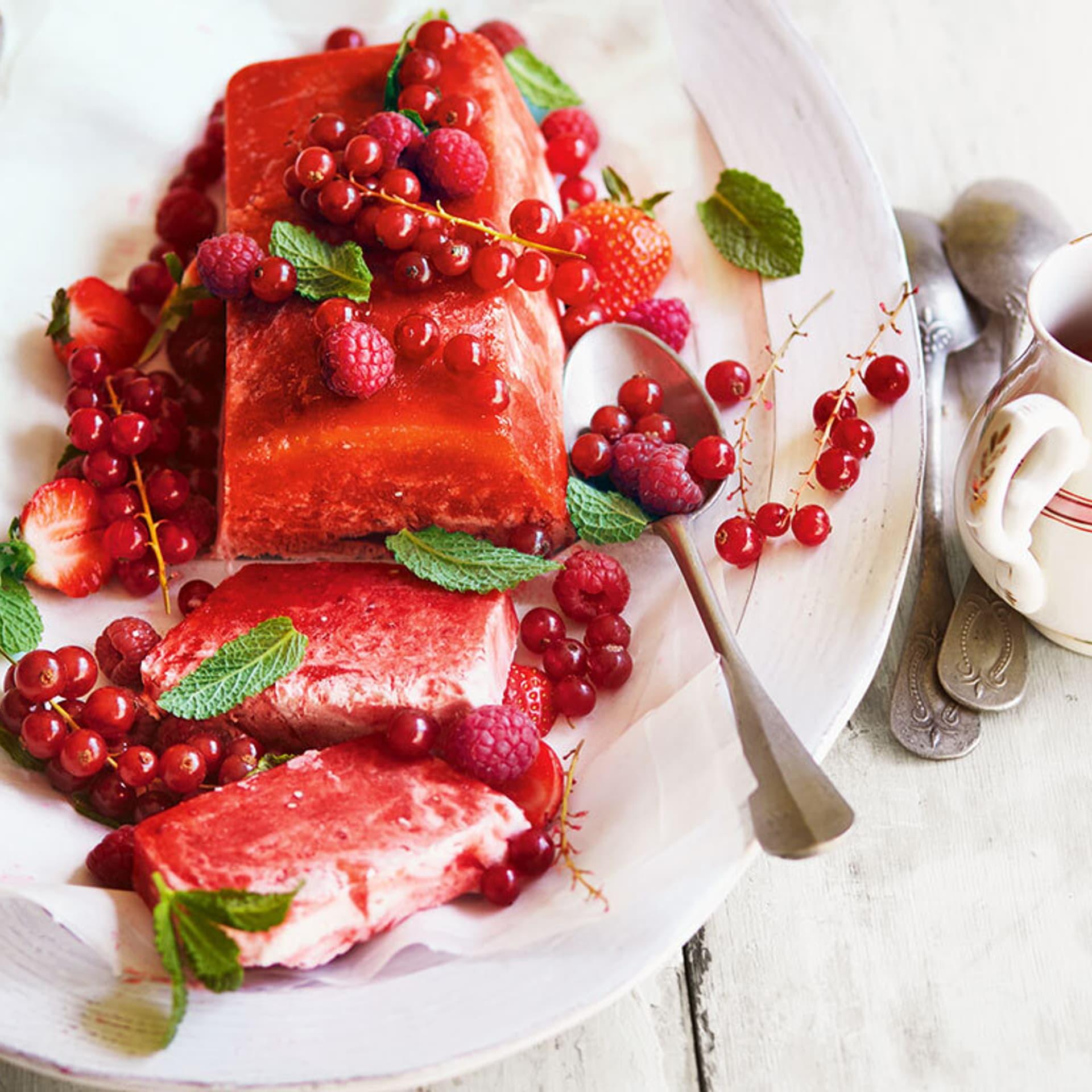 Eis mit roter Beerenmischung