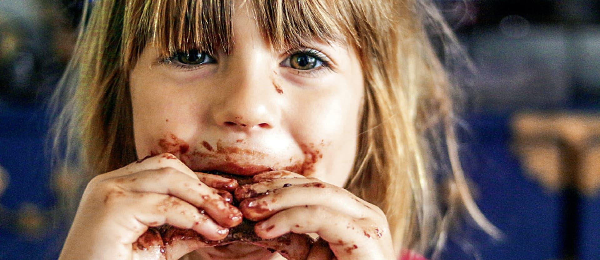 Kind mit Schokolade-verschmiertem Mund