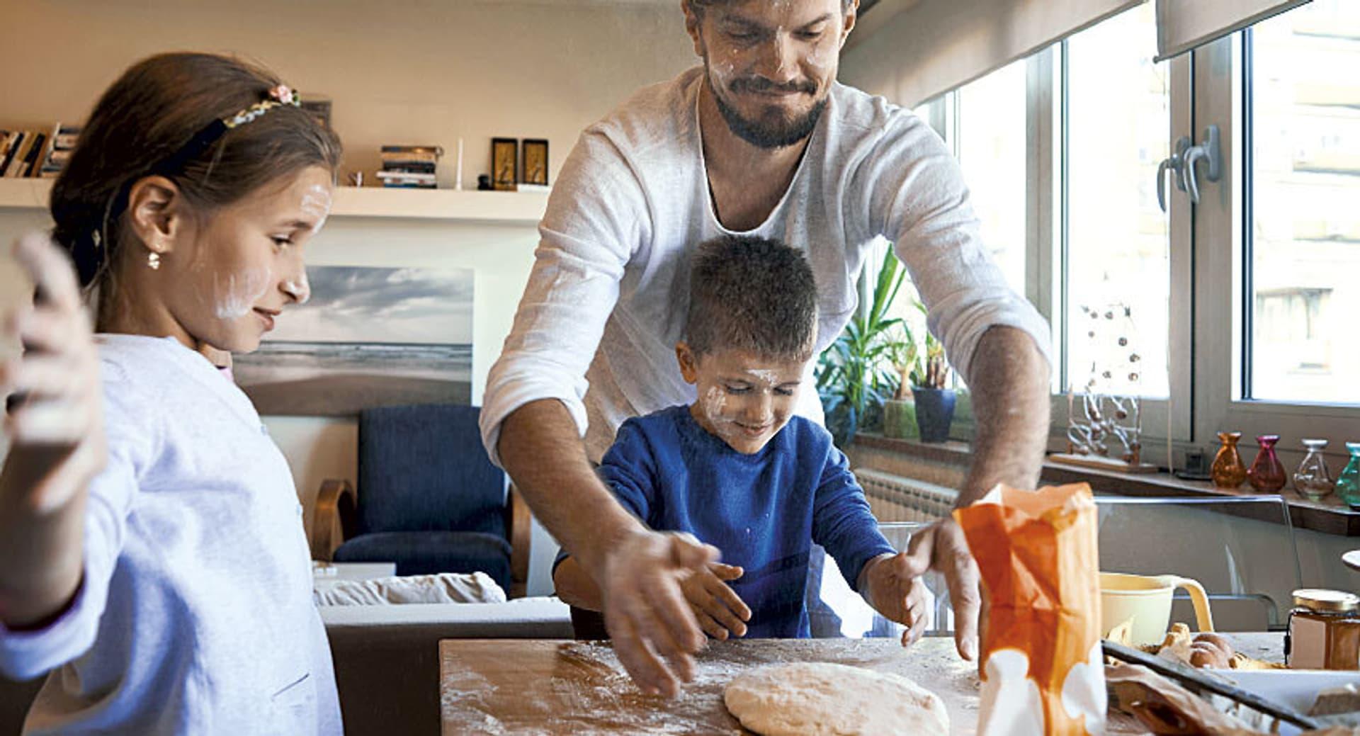 Familie beim Brotbacken