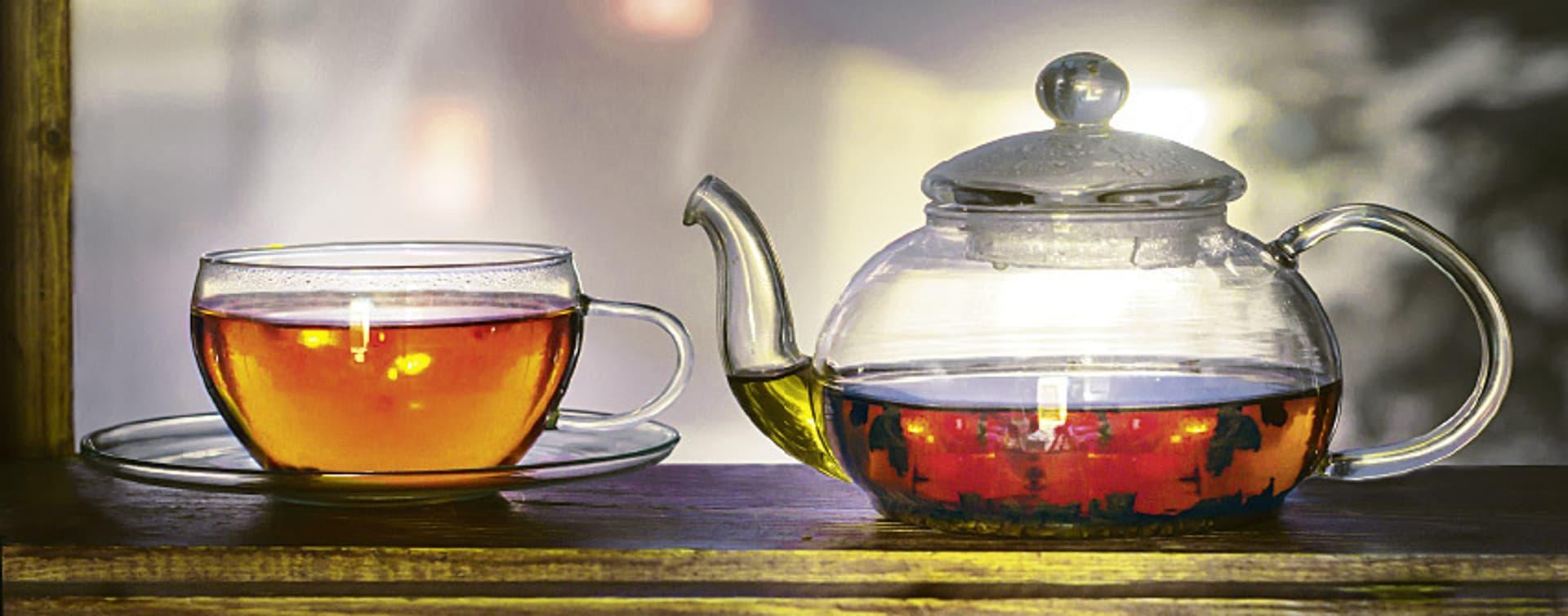 Kanne und Tasse mit Tee